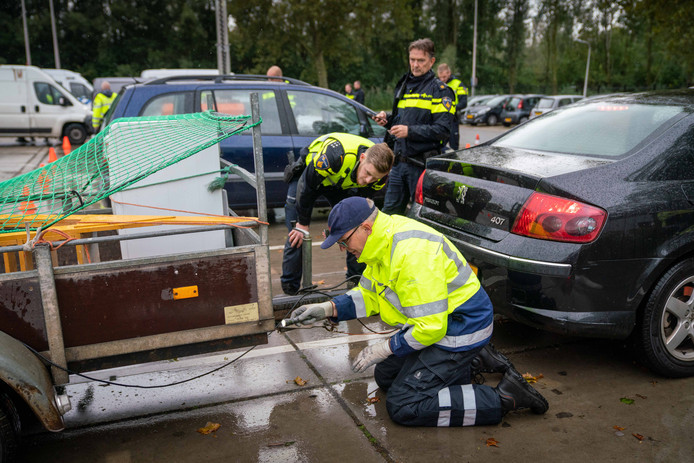 De politie controleert samen met de Rijksdienst voor Wegverkeer een aanhangwagen.