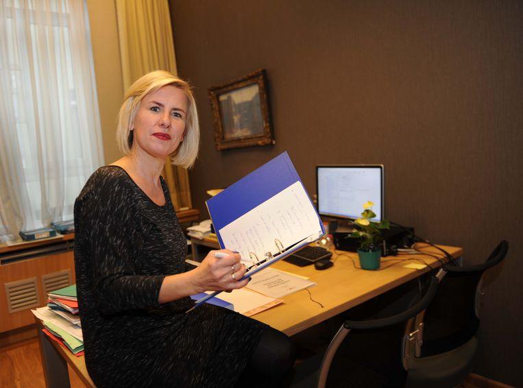 Schepen Katrien Vaes op haar bureau in het stadhuis. Dat wordt voortaan haar enige werkplek.