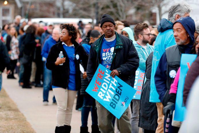 Supporters van de Democratische presidentskandidaat Joe Biden staan in de rij om naar een toespraak van hem te luisteren.