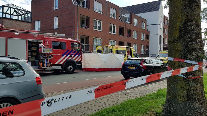 Het slachtoffer van een schietpartij aan het Thorbeckeplein in Beuningen wordt afgeschermd tijdens de hulpverlening.