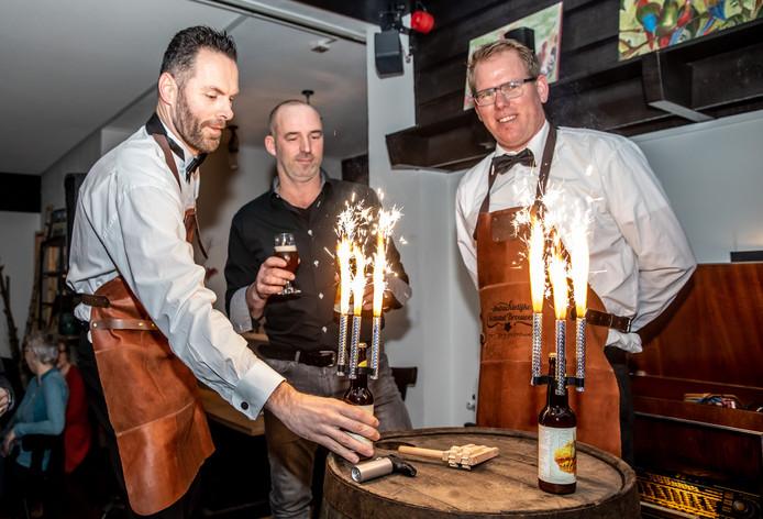 In Hoonhorst werd het jubileum geopend met bier en vuurwerk.