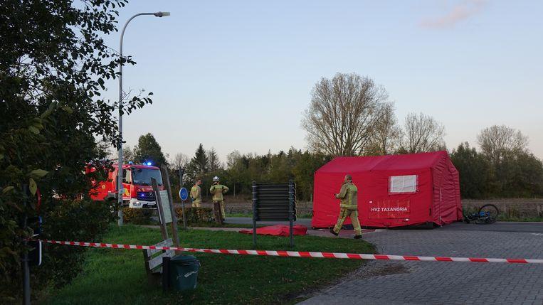 De brandweer plaatste een rode tent op de plaats van het ongeval op de Mierdsedijk