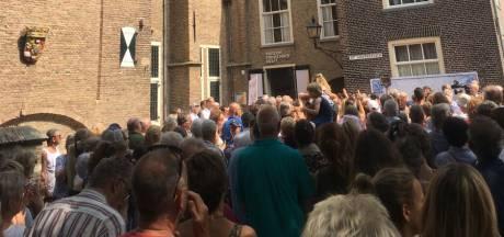 Enkele honderden Delftenaren verzamelen zich op Agathaplein voor stil protest
