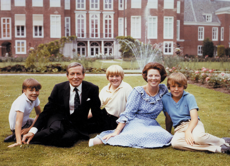 Koningin Beatrix en prins Claus poseren met hun zonen, Willem-Alexander, Johan Friso en Constantijn.  Beeld Benelux Press