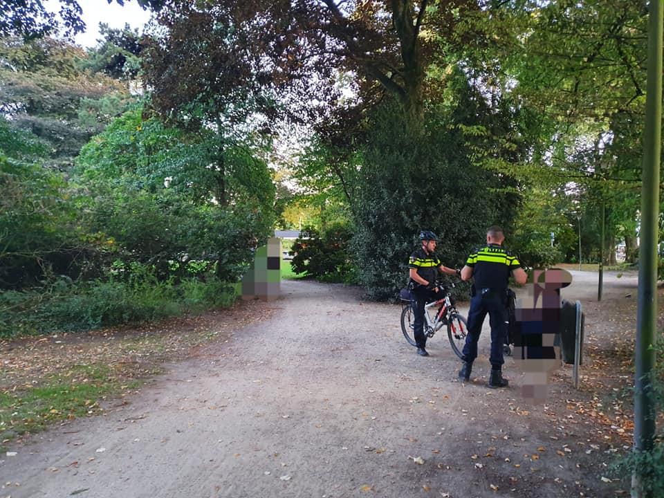 Poliitie tijdens preventieve fouilleringen in Tilburg.