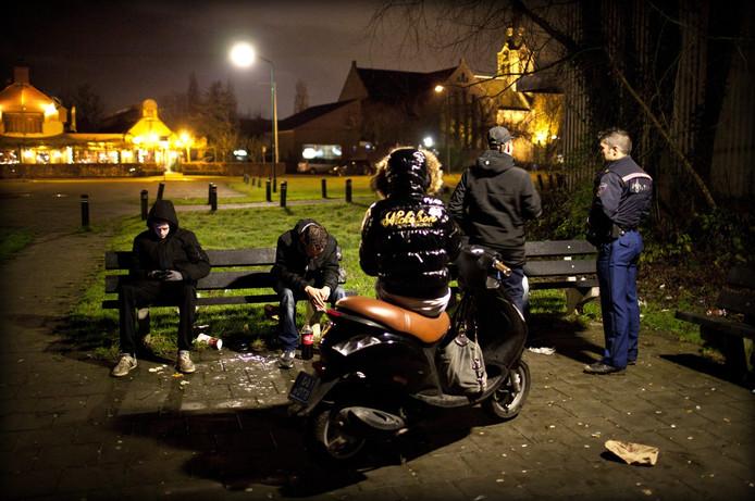 Een wijkagent in Utrecht doet zijn ronde langs de verschillende hangjeugdgroepen in de stad.