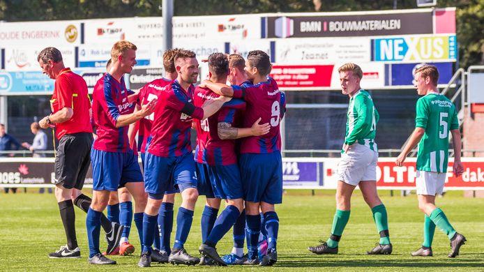Vreugde bij Hellendoorn na weer een goal tegen SVVN. De ploeg won de derby met 5-1.