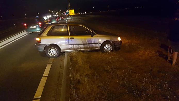 De auto staat vast op een betonband langs de weg tussen Dieren en Doesburg.