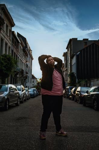 """Stand-upcomedian Kamal Kharmach is een nachtmens: """"Maar laat opblijven draagt bij tot mijn zwaarlijvigheid"""""""
