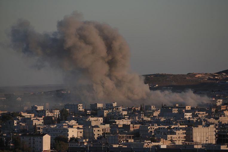 Een zwarte rookpluim boven Kobani na een luchtaanval. Beeld ap