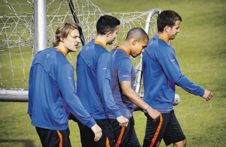 Loovens (links) verplaatst samen met Van Persie, De Jong en Van der Vaart een doel tijdens de training in Katwijk. (FOTO KOEN VAN WEEL, ANP) Beeld ANP