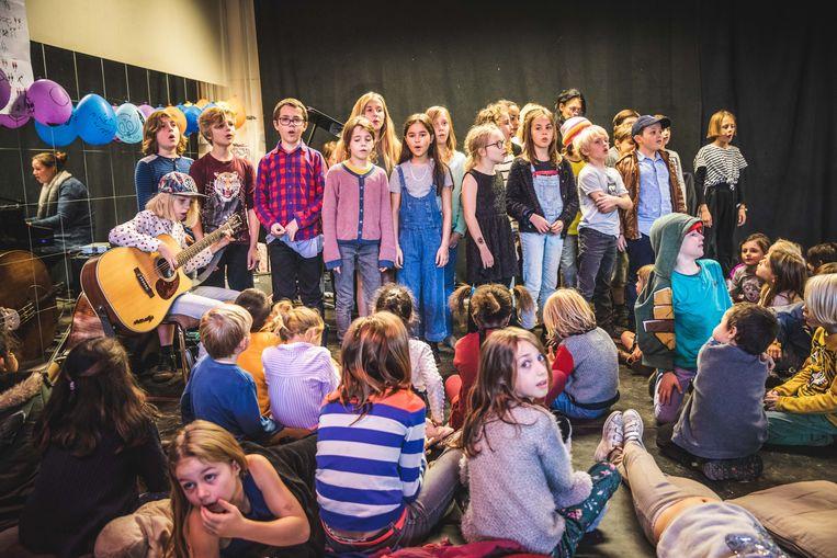 De leerlingen geven het beste van zichzelf op de muzikale namiddag.