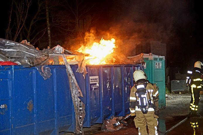 De brandweer liet de container vollopen met water.