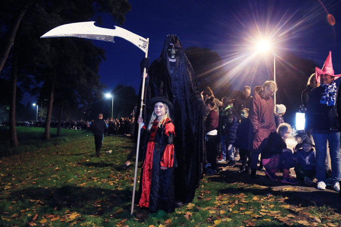 Halloween Zwijndrecht.Bloedende Bruid En Magere Hein In Develpark Dordrecht Ad Nl