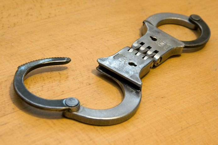 De man die werd aangehouden op verdenking van vuurwapenbezit blijft voor onderzoek en verhoor in de cel.