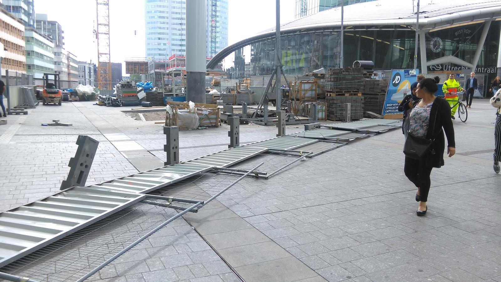 Een bouwhek op Utrecht CS was niet bestand tegen de windstoten.