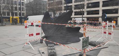 Bekend kunstwerk terug van weggeweest: bronzen blad op Kouter grondig hersteld