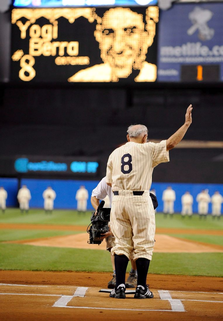 Yogi Berra, met nummer 8, in 2008 in het Yankees stadium. Beeld EPA