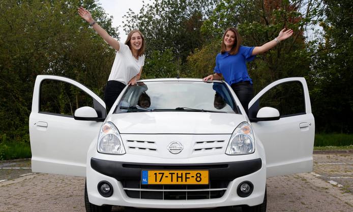 Als het even kan gaan Leonie Gelderland (links) en Romy Bonte met de auto de provincie uit om écht leuke dingen te doen.