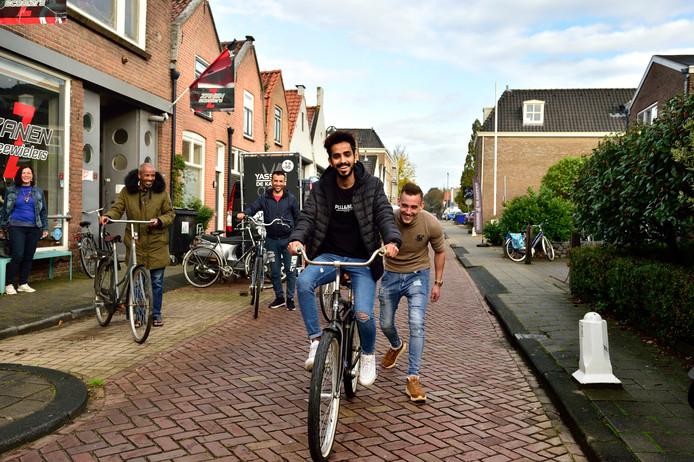 Jaap van Zanen schenkt fietsen aan statushouders.