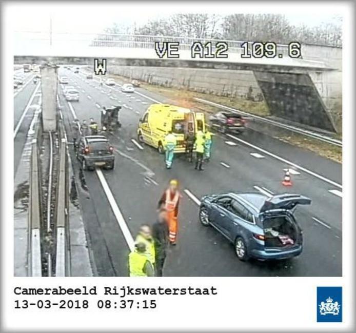 De situatie na de aanrijding op de A12 bij Ede op camerabeeld van Rijkswaterstaat.