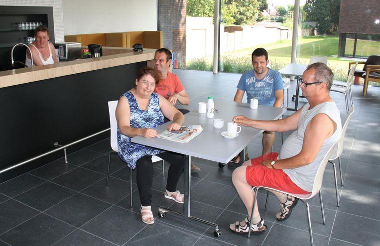 Gasten in Het Trefpunt, dat een ontmoetingsplaats moet worden, ook voor verenigingen.
