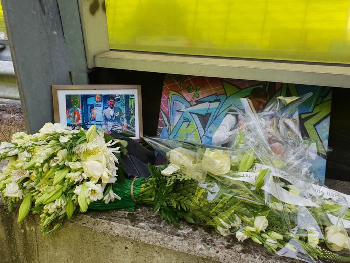 Bij de plek van het ongeluk zijn bloemen neergelegd.
