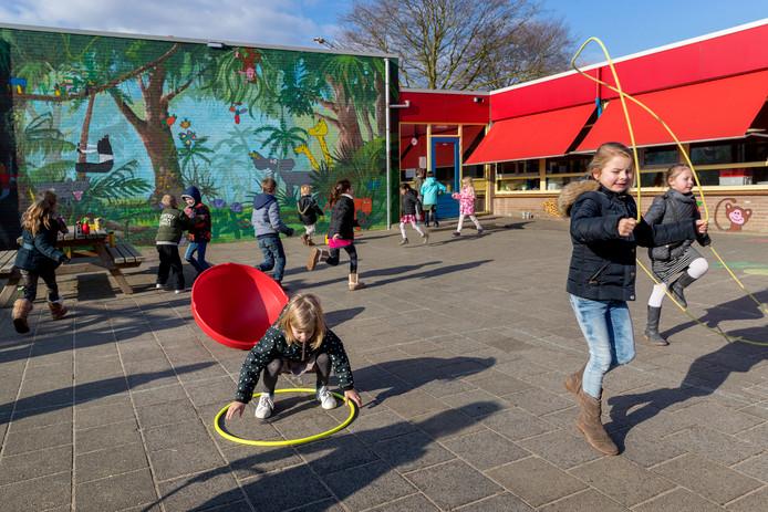 Kinderen op een basisschool doen spelletjes tijdens de pauze