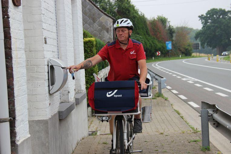 Postbode Sven Batteau doet ook tijdens de hittegolf zijn ronde.