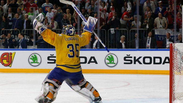 De Zweedse keeper Henrik Lundqvist viert de overwinning. Beeld reuters