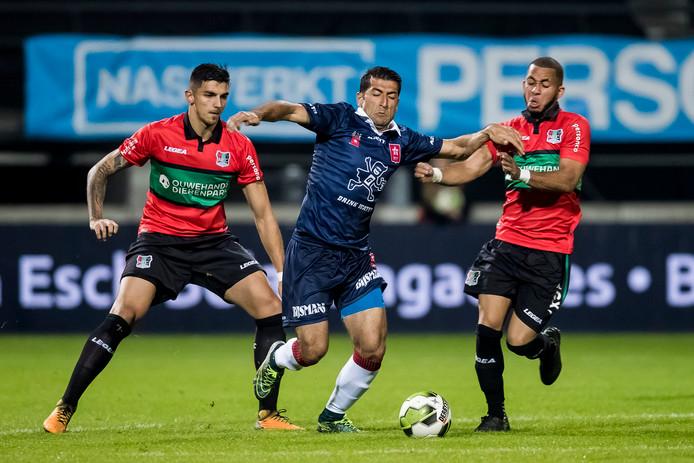 Wojciech Golla (L) in actie tijdens de thuiswedstrijd in Nijmegen. In Maastricht werd met 4-1 verloren.