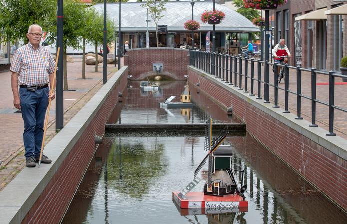 Hans Wegen van Museum Veenendaal bij drijvende objecten met Veenendaalse onderwerpen in Brouwersgracht.