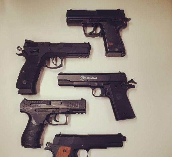 Slechts een van deze wapens is echt. De nepwapens werden door de politie in beslag genomen