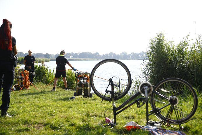 Een fiets staat op de kop langs de Wijde Aa in Zwolle. Kledingstukken liggen er naast. Het is de aanleiding voor hulpdiensten voor een grote zoektocht in het water.