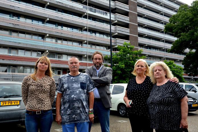 Bewoners zijn boos op Vestia vanwege een grote verbouwing. Van links naar rechts: Linda Bergsma, Cor Gielen, Michel Mulder, Joke van Unnik, Corry Gielen-de Graaff.