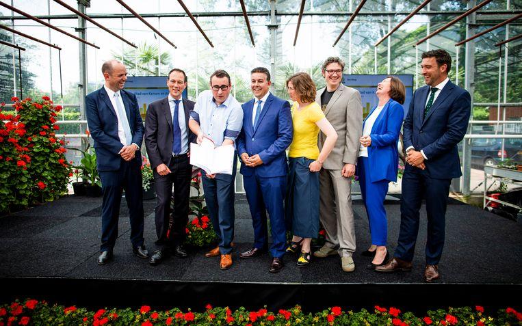 De wethouders van Den Haag, met als derde van links Richard de Mos en daar rechts naast Rachid Guernaoui. Beeld Freek van den Bergh  / de Volkskrant