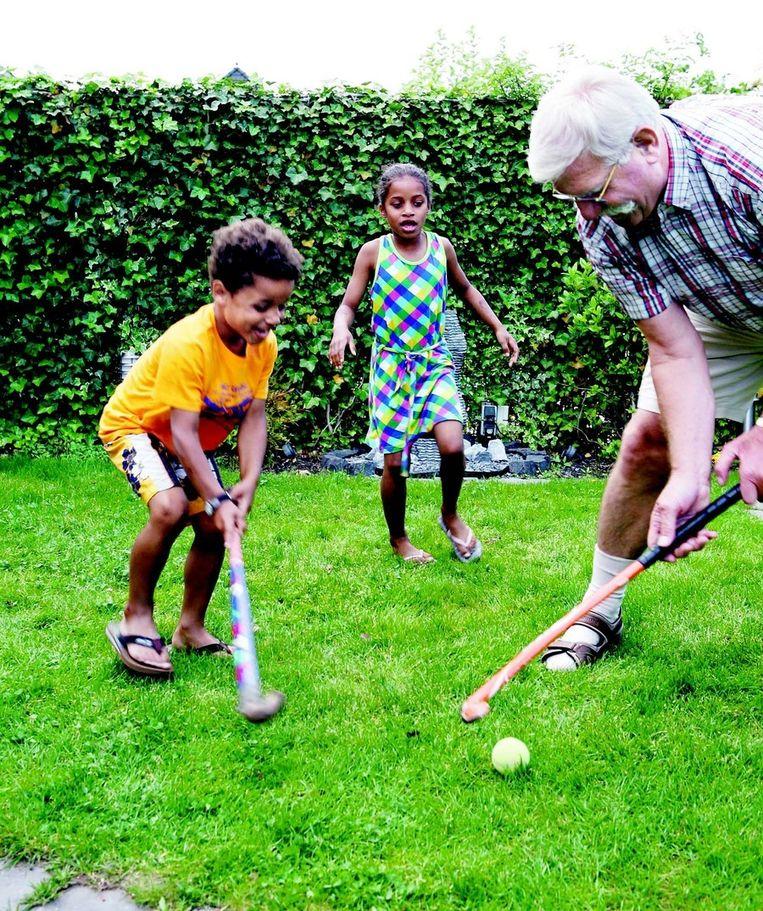 Rinus Dorresteijn hockeyt met Yasmine en Oliver. Mensen worden steeds ouder en blijven langer gezond, wat hen fysiek in staat stelt de kleinkinderen te verzorgen. Foto: Jörgen Caris Beeld
