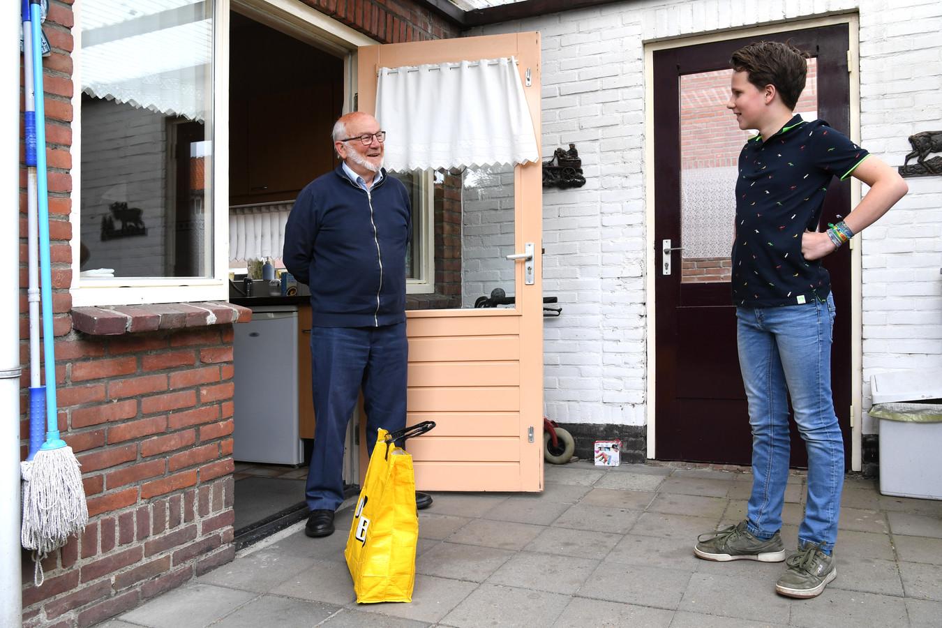 Bart Boogaers (86) heeft de oorlog nog meegemaakt. Zijn kleinzoon Jaap (11) maakt nu corona mee. Zijn die twee 'onvrijheden' te vergelijken?