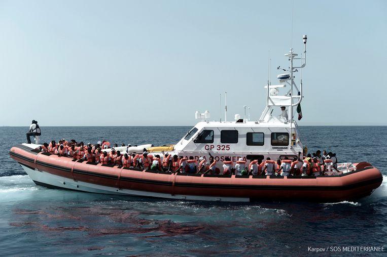De meer dan 600 migranten die dagenlang hebben vastgezeten op de reddingsboot de Aquarius zijn gisteren overgeplaatst op andere boten en worden naar Spanje gebracht.