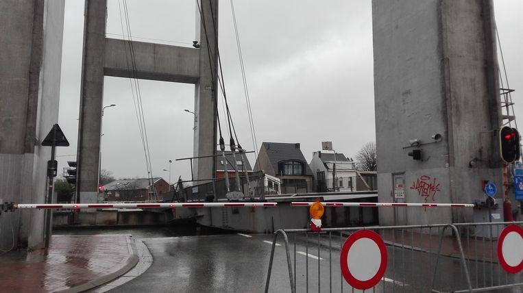 De brug is voor maanden onderbroken.
