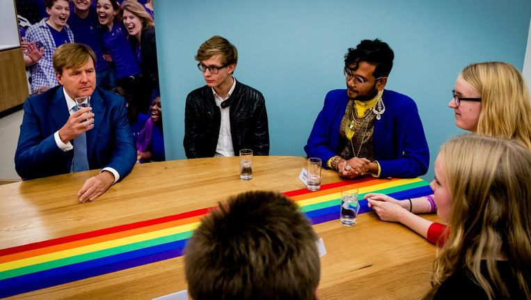 Koning Willem-Alexander brengt een bezoek aan COC Nederland. Beeld anp