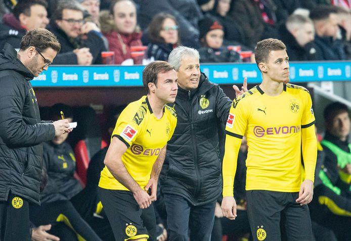 Trainer Lucien Favre (midden) geniet nog altijd het vertrouwen in Dortmund.