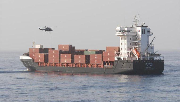 Het Nederlandse marinefregat Hr. Ms. Tromp die maandag voor de kust van Somalie een Duits koopvaardijschip bevrijden van piraten. Na een schotenwisseling werden tien piraten aangehouden. De vijftien bemanningsleden konden de beveiligde ruimte op hun schip ongedeerd verlaten. Foto ANP Beeld