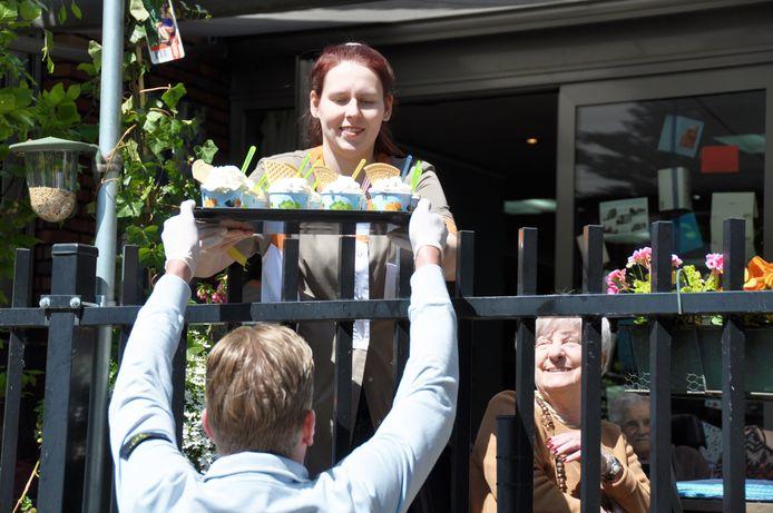 Bewoners van woonzorgcentrum De Stroming kregen van Coby Smits gratis sorbets tijdens Bevrijdingsdag.