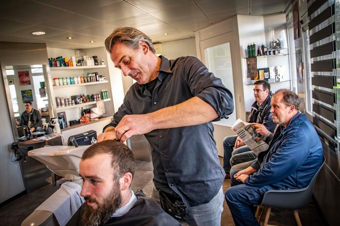 """Kapper Maarten van den Broek is nu weer topfit en aan het werk. Terugkijkend: ,,Iedereen leeft ontzettend mee, dat is fijn, maar het heeft impact hoor. Het heeft emotioneel erg veel met mij en mijn gezin gedaan."""""""