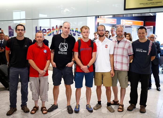Britse grotduikers Rick Stanton, Chris Jewell, Connor Roe, Josh Bratchley, Jim Warny, Mike Clayton en Gary Mitchell gisteren bij aankomst op het vliegveld in Londen.