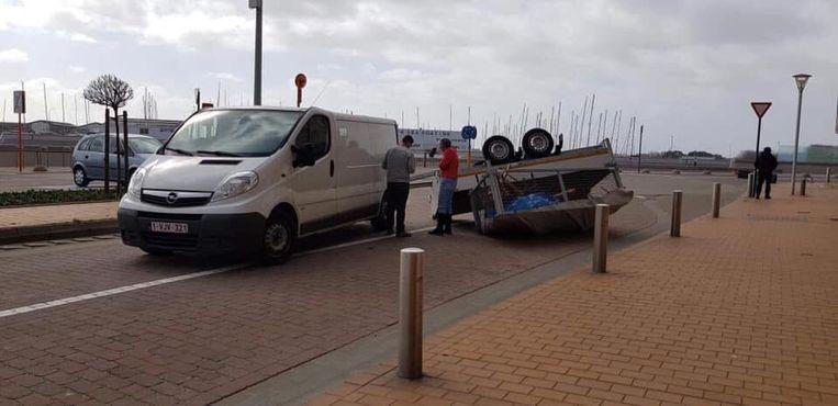Een aanhangwagen werd omver geblazen op de zeedijk in Blankenberge, terwijl de bestuurder nog aan het rijden was.