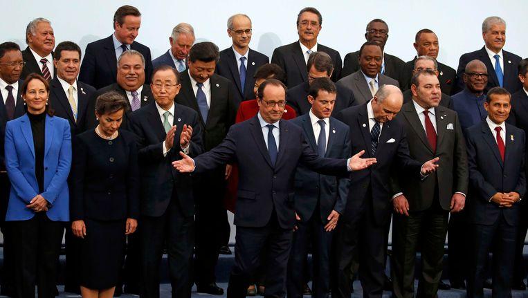 De Franse president Hollande (midden) met de regeringsleiders voor de groepsfoto van de klimaattop in Parijs. Beeld reuters