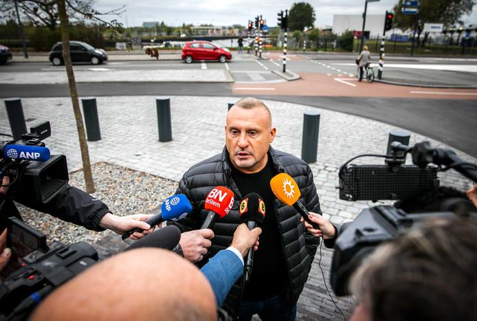 Klaas Otto staat de pers te woord bij de rechtbank in Breda