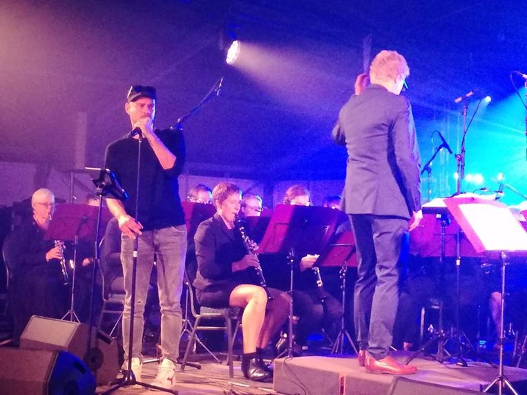 Tom De Man en de Sint-Ceciliaharmonie opendeen Erpe kermis.